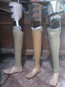 kaki palsu di bawah lutut